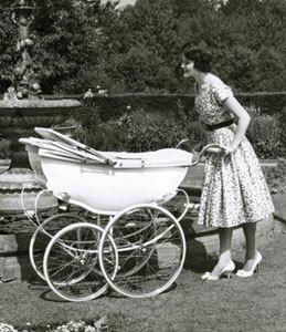 Винтажная коляска для ребенка