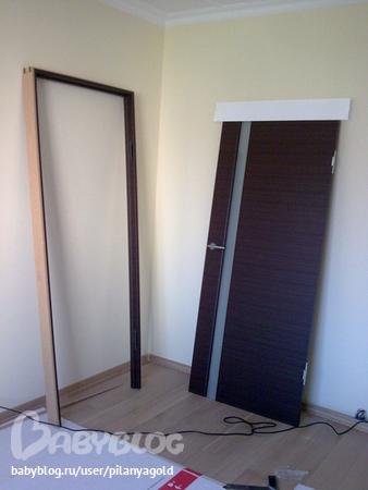 Интерьер со светлым полом и дверями