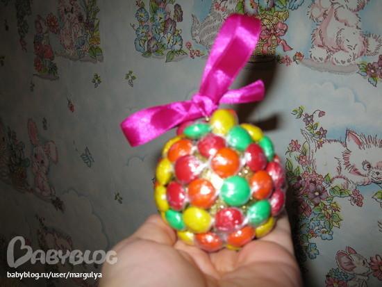 Новогодние шары из конфет своими руками 25