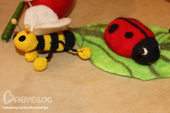А это просто пчелка крючком с