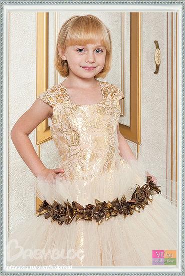 По краю ворота отделано 2... Нарядное платье для элегантной девочки.