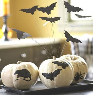 Эффектнее декор на Хэллоуин будет смотреться, если сделать летучих мышей...