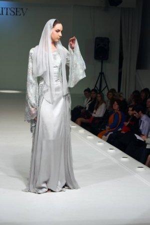 ...снизу вверх- напоминает национальное чеченское платье) особенно ремень.
