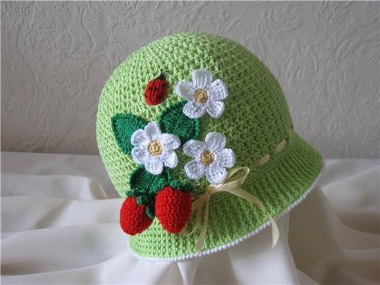 Простая детская шапочка крючком «Нежный цветок»