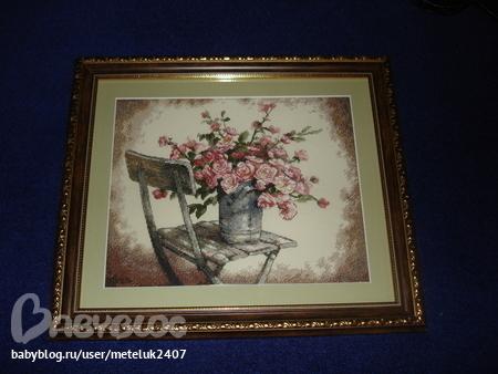 Вышивка роза на белом стуле