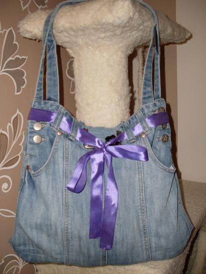 Хочу поделится с вами своей первой сумкой пошитой из старого джинсового...