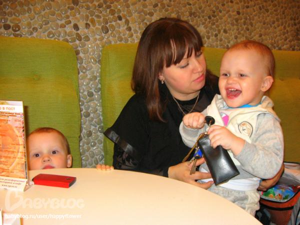Когда мама с папой, в доволь набегавшись, вдруг решили пойти посидеть в кафе и съесть по мороженому (ну разве они не заслужили?) дети сидели спокойно ровно до той