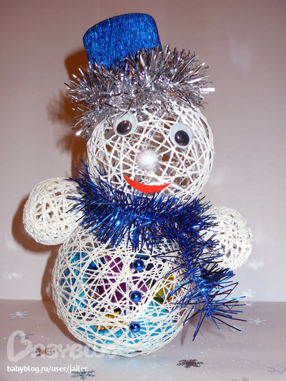 Снеговик из шаров из ниток фото пошагово